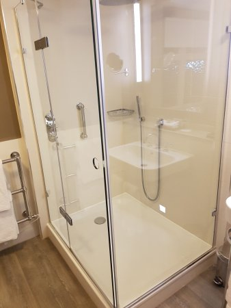 Stone, UK: Large shower in the room (107)