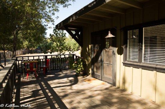 Philo, Kalifornia: Entry door and graveled driveway