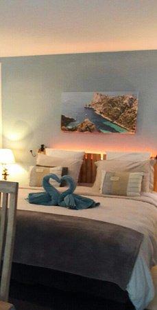 Simiane-Collongue, France: Vue sur le lit avec petite attention
