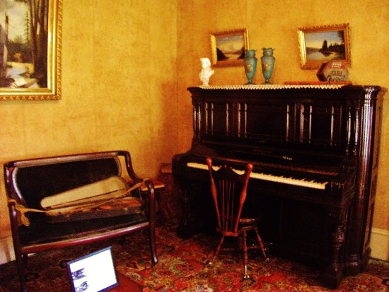 Gresham, OR: Living room piano