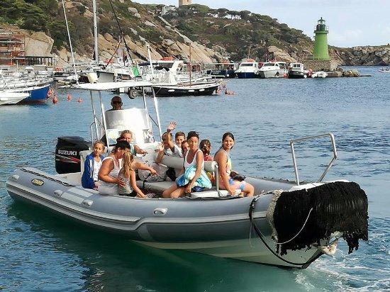 Isola Del Giglio, Italia: un bel gruppetto pronto per la spiaggia delle Caldane