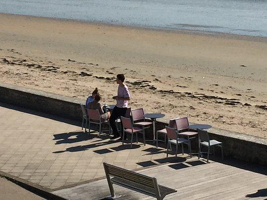 Hôtel de la Plage : Restaurantbestuhlung am Strand