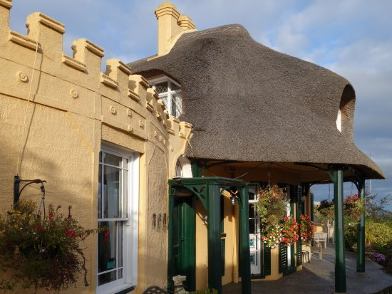 Teignmouth, UK: Front of Property which is not a hotel & as such does not have the amenities of a hotel.