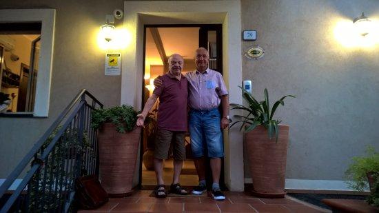 Sant' Alessio Siculo, İtalya: Отелем владет семья. Это ветеран семьи и я