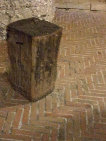 Gradara, إيطاليا: tronco per tagliare la testa