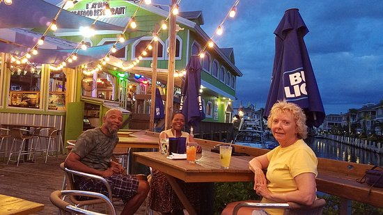 Boatyard Waterfront Bar and Grill: Great open Deck