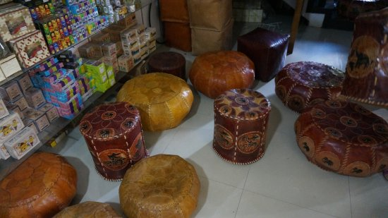 Tangalle, Sri Lanka: Кожаные пуфы и чай