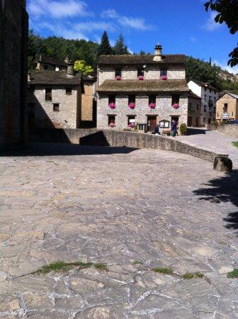Santa Cruz de la Serós, España: Maisons avec leur cheminée.