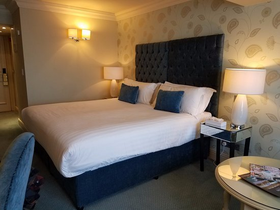 Ennis, Ireland: Well appointed and comfortable king bed room.