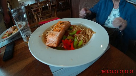 ‪‪Mold‬, UK: grilled salmon darn on sweet chilly noodles‬