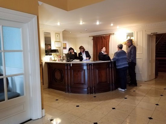 Old Ground Hotel: The lobby desk, with helpful front office personnel