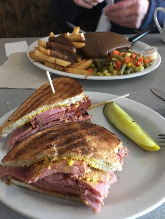 Kemptville, Canadá: Smoked meat sandwich. And hot hamburger in the back.