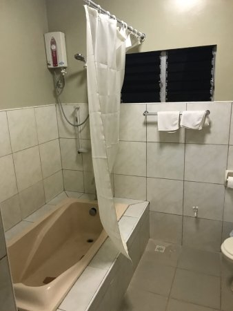 Alona Tropical Beach Resort: 浴室窗戶是茶色玻璃,可以直接由外看到在淋浴的人,真是荒謬的設計!我還得把浴簾綁起來遮住窗戶才敢使用!