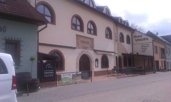 Hustopece, Τσεχική Δημοκρατία: hotel od silnice s reklamou na adventure golf
