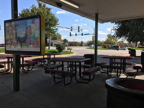Johnston, IA: Outdoor seating and ordering.