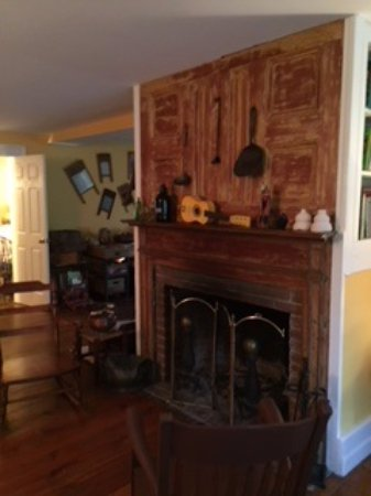 The Inn at Sweet Water Farm: Nice fireplace - perfect for after dinner aperitif