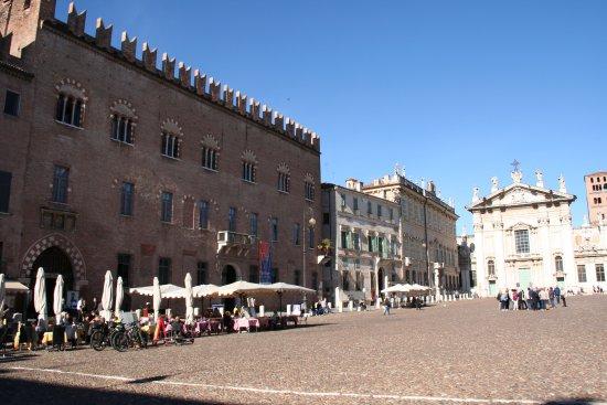 Piazza sordello picture of piazza sordello mantua for Piazza sordello