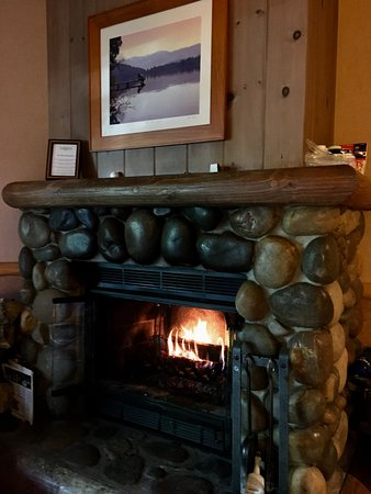 Sunnyside Restaurant and Lodge: Fireplace