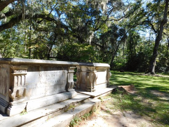 Yemassee, SC: There are quite a few crypts and graves on the gounds