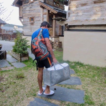 Bolquere, France: Cesta con toallas y albornoces para el spa.