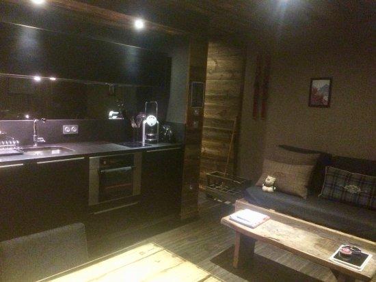 Bolquere, France: Otra vista de la zona de estar y la cocina