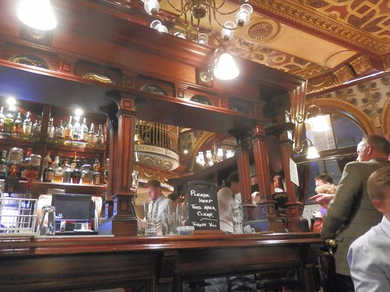 Guildford Arms: Great old fashioned Bar.