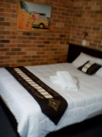 Forster Palms Motel : The new bed and cover. Lovely pic of Combi Vans on the wall.