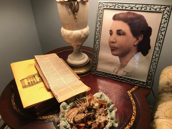 Pemberton, NJ: Beautiful family mementos in living room