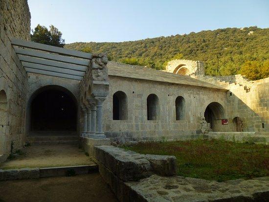Besalu, إسبانيا: Monestir de Sant Llorenç de Sous. Claustro