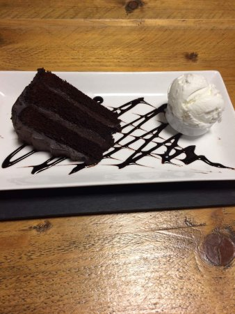 Millom, UK: Chocolate Fudge Cake with Ice Cream