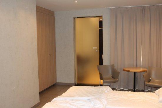 Hotel Melinda : Chambre 51 : porte vitrée coulissante donnant dans la salle de bains