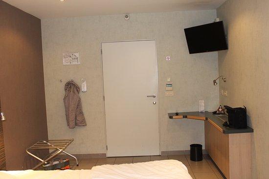 Hotel Melinda : Chambre 21 : le bureau et les patères accessibles aux handicapés