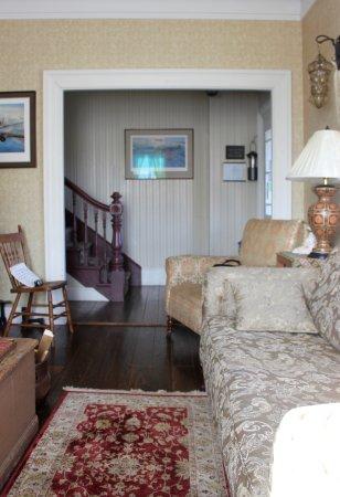 Trinity, Canadá: Sitting area, main floor near entrance.