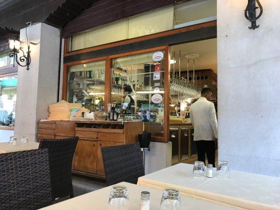Trattoria Pizzeria Da Roberto: Entrance to interior, waiter ignoring us