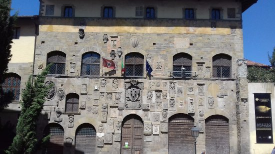 Arezzo, Itália: Facciata ricca di stemmi