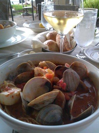 Westlake Village, Californië: Cioppino  jumbo shrimp, little neck clams, scallops, fish, over linguini in a tomato garlic