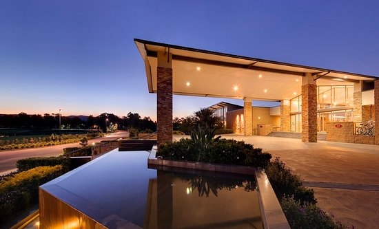 Lovedale, Australia: Crowne Plaza Hunter Valley at twilight