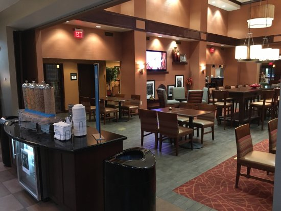 Hampton Inn (Vineland, NJ), dining area and kitchen
