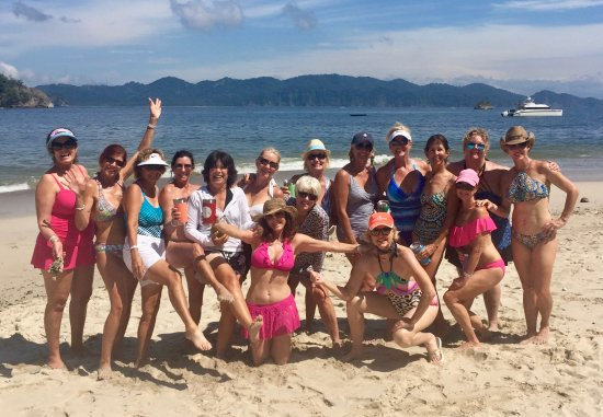Herradura, Kosta Rika: Beautiful beach for our girls trip to Tortuga. The boat is in the background.