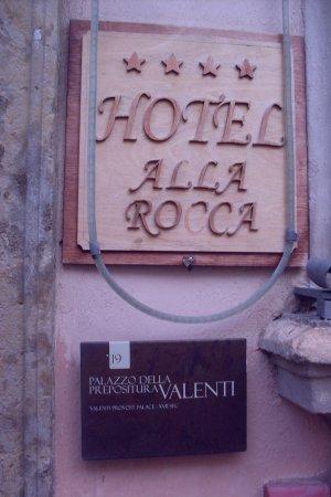 Trevi, Italia: says the sign