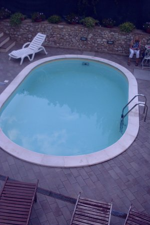 Trevi, Italia: view from room 408 of pool/patio