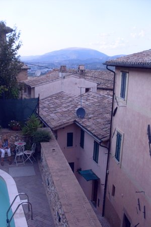 Trevi, Italia: view of historic building and Umbria countryside