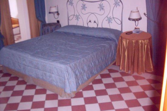 Trevi, Italia: spacious room with stone tile floors