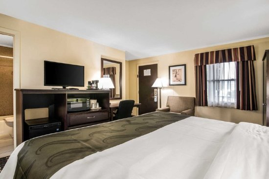 Barre, VT: Guest room with king bed(s)