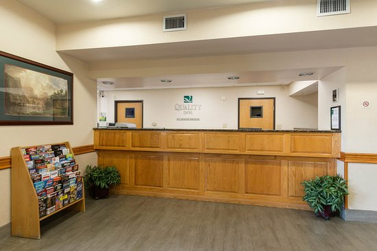 Quality Inn: Front Desk