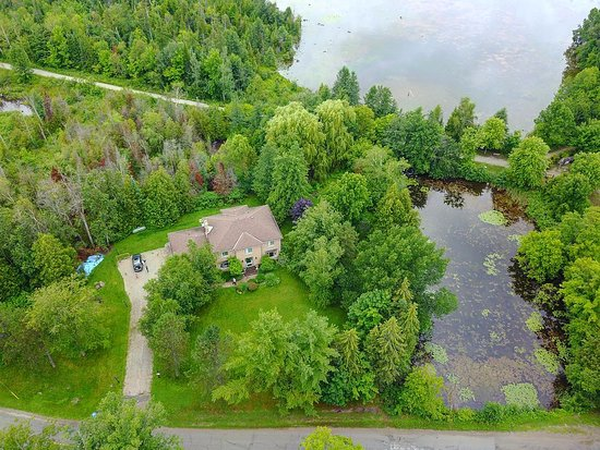 Erin, Canada: Aerial view of the property from the front