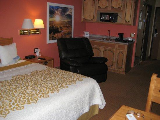 Days Inn & Suites by Wyndham Airport Albuquerque: Regular king