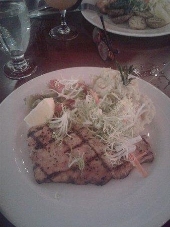 Oshawa, Kanada: Barramundi fish with vegetables.