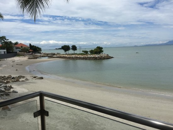 Four Points by Sheraton Penang: Sandy and rocky beach