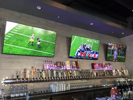Aliso Viejo, Kaliforniya: TV's and draft beer pours